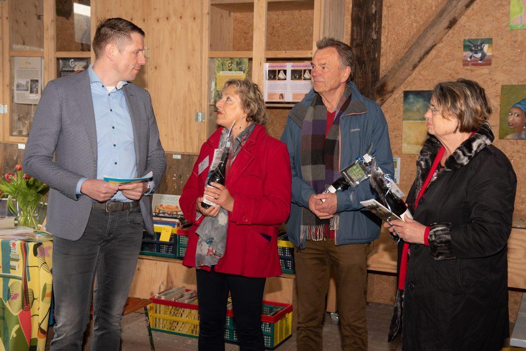 Wethouder Dimitri Horsthuis-Tangelder met de drie vrijwilligers van Creatief Collectief Elst